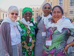 2007: Kathleen, Marie-Bernadette, Pascaline, Regine in St. Peter's Square, Rome